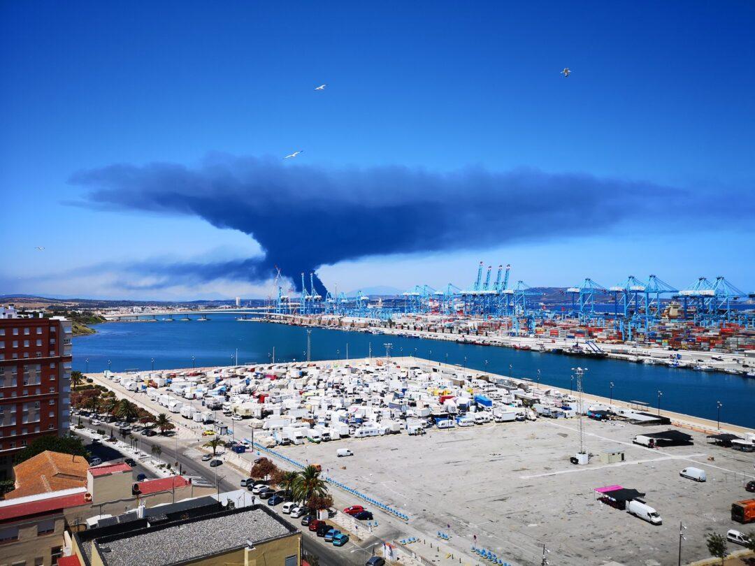 Nube negra en la Bahia de Algeciras por incendio en Puerto de la localidad española.