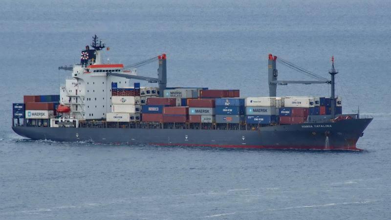 Buque de carga destruye grúa de contenedores en puerto de Indonesia.