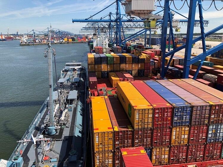 Containerships realiza la primera provisión de combustible LNG durante las operaciones de carga de contenedores.