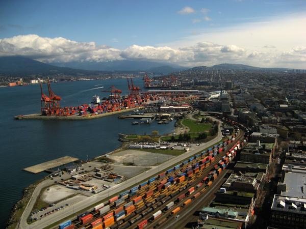 Puerto de Vancouver alcanza un nuevo récord de volumen de contenedores a mitad de año