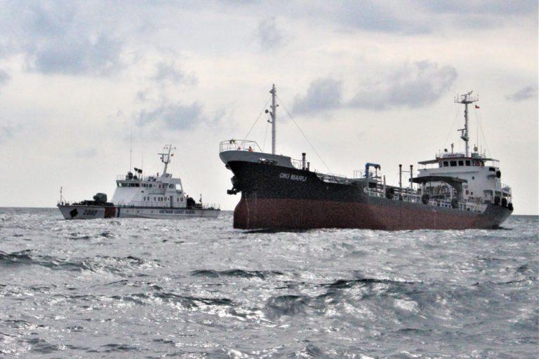 Vietnam detiene a un petrolero con bandera mongola por transferencia ilegal de STS