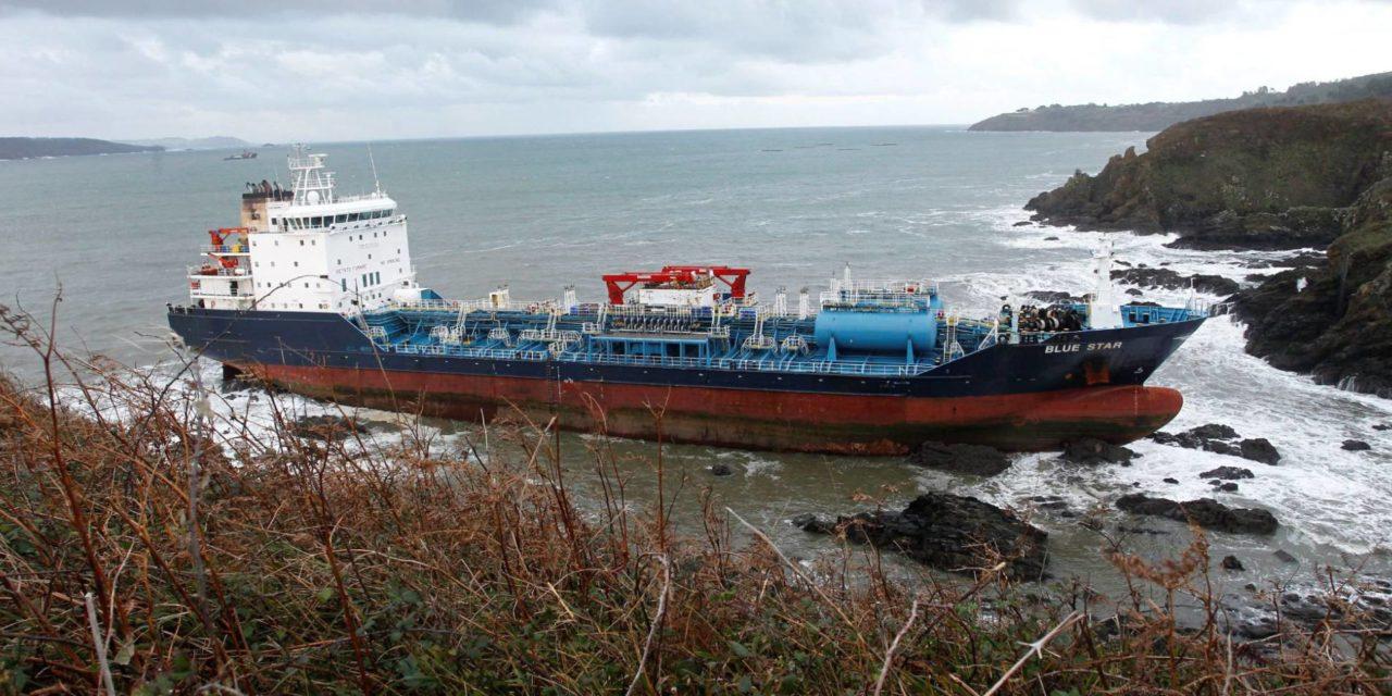 Buque mercante Blue Star encalla en la costa coruñesa tras incendio