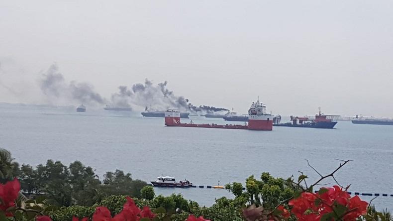 Incendio en un buque  en Singapur, 18 tripulantes evacuados