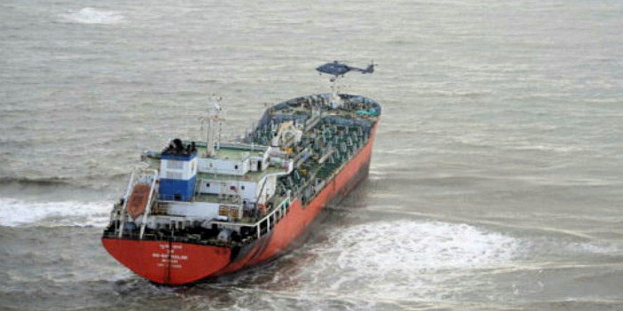 Empresa holandesa de salvamento reflotará un petrolero varado frente a las costas de la India