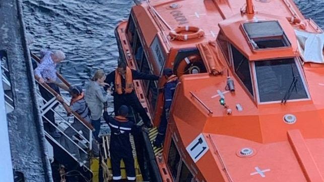 Dos cruceros intercambian pasajeros para resolver los problemas de cierre de puertos