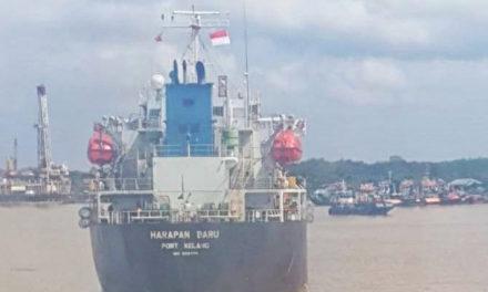 Lugareños amenazan a un buque tanquero anclado por temor de tener coronavirus a bordo