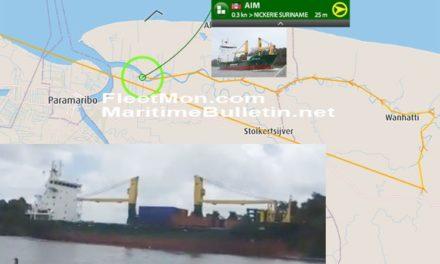 Buque de carga fue varado entre las orillas del río Surinam