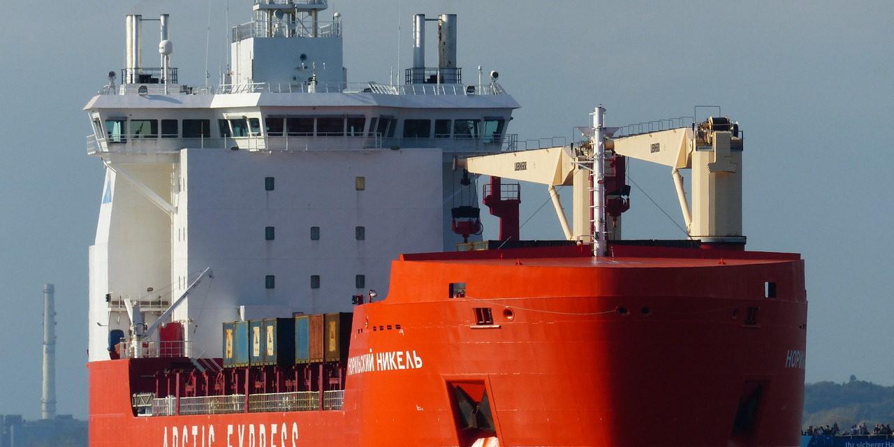 Con toda la tripulación en cuarentena un buque de carga reanudó su viaje con tripulación de socorro en el Ártico ruso
