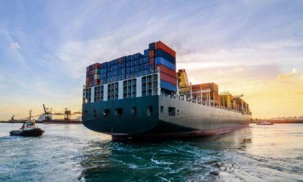 EE.UU. mantiene los negocios marítimos esenciales trabajando