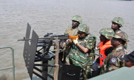 Las fuerzas especiales nigerianas están desplegadas para liberar a ocho tripulantes retenidos como rehenes a bordo de un barco