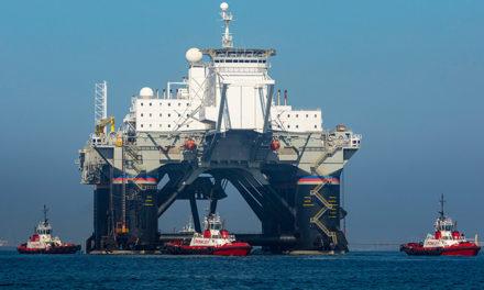 Los remolcadores Crowley cargan la plataforma móvil de lanzamiento espacial en una nave de carga pesada