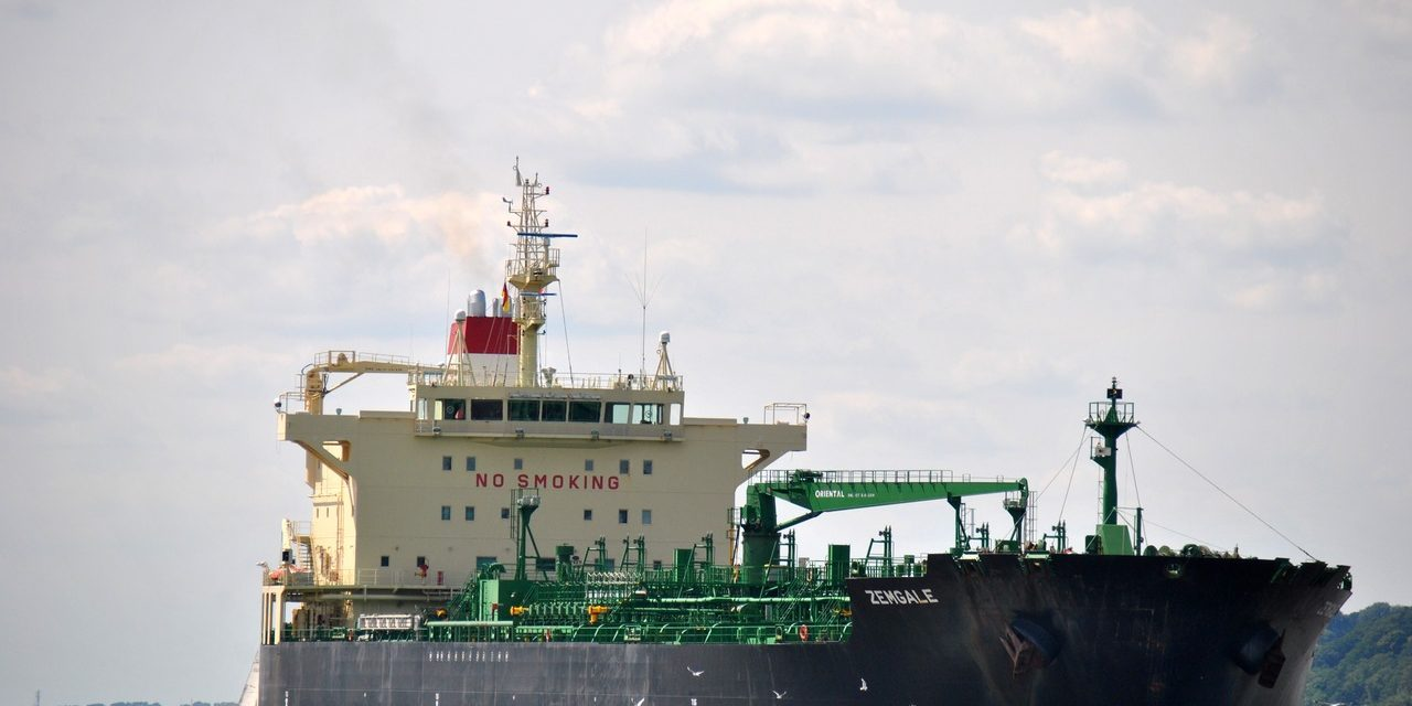 Tripulante de un buque petrolero cayó por la borda mientras arreglaban la escala del piloto