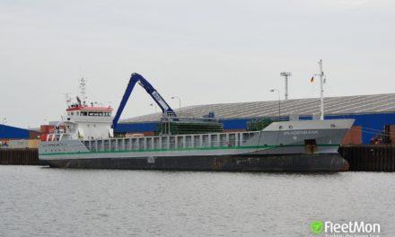 Buque de carga holandés quedo atascado en un terraplén en el Canal de Kiel