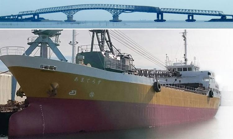 Buque portaaviones colisionó con un puente en Japón
