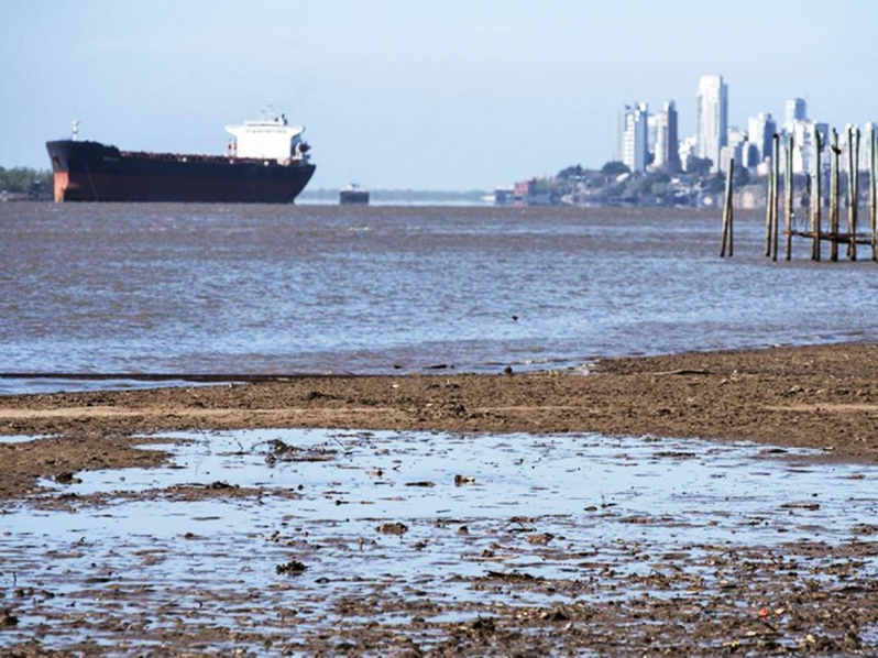 Colapso de la ribera interrumpe la navegación en el río Paraná de Argentina