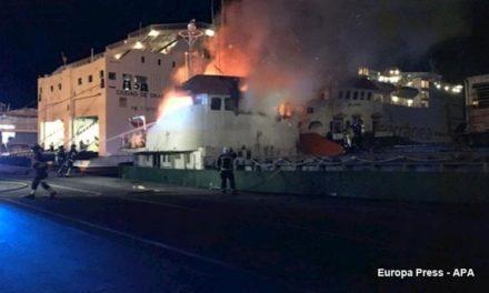 Fuego a bordo de un buque de carga en Almería, España