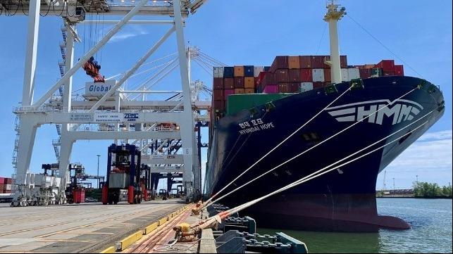Los puertos de la costa Este de EE.UU. celebran la llegada de un gran buque portacontenedores