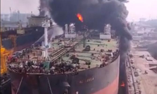 Trabajadores desaparecidos tras el incendio de un buque petrolero en un astillero de Indonesia