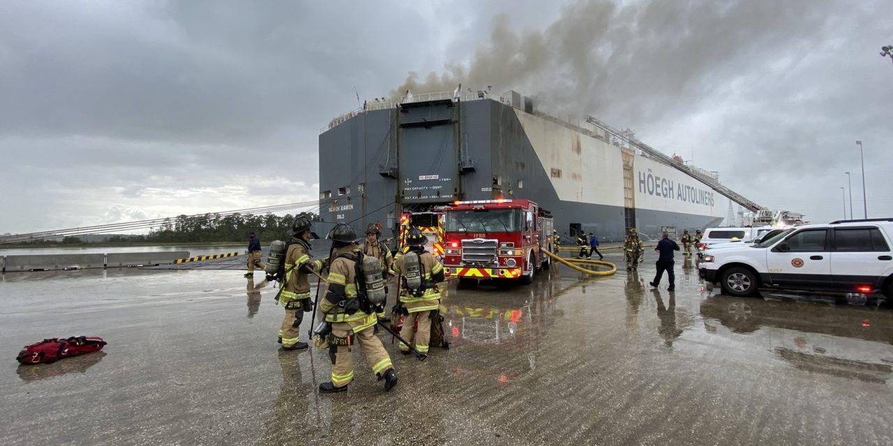 Bomberos se hirieron luchando contra el fuego a bordo de un buque en Jacksonville