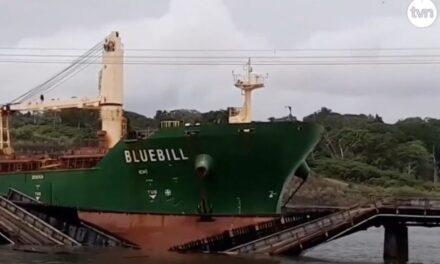 Un buque granelero derriba un puente ferroviario panameño