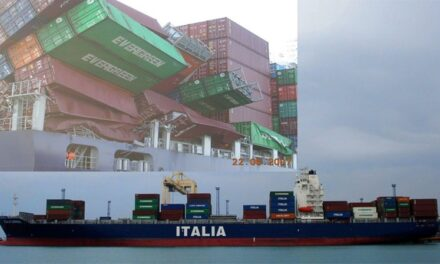 Contenedores derrumbados a bordo de un buque portacontenedores en Emiratos Árabes Unidos