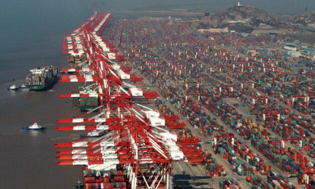 El volumen de los contenedores en los principales puertos chinos cae un 5,8% en el primer semestre