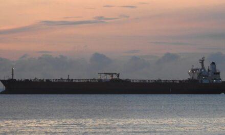 Salida de la fuente de los excedentes de petróleo y el almacenamiento flotante