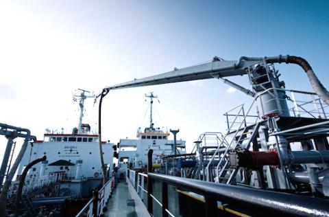 Se prohibe la entrada de un buque tanquero de Hong Kong en aguas de los Emiratos Árabes Unidos por aprovisionamiento ilegal de combustible