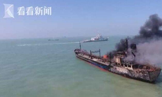 Buque tanque en llamas después de colisión con una barcaza, 14 desaparecidos