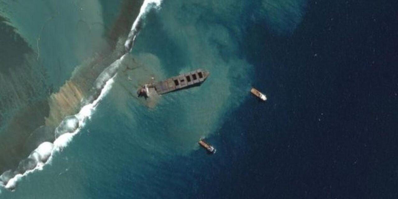 El buque japonés Wakashio se partió en dos frente a las costas de Mauricio