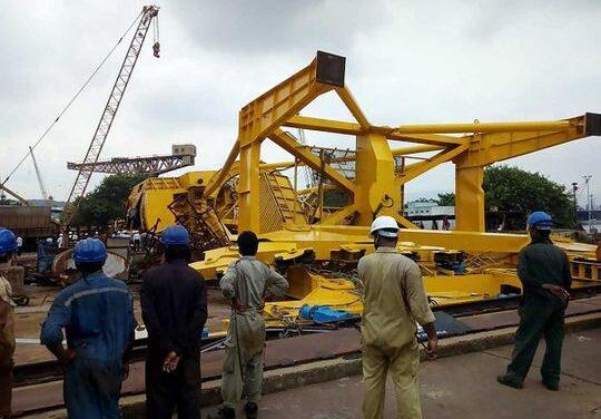 Grúa se derrumba en el Astillero Hindustan, 11 muertos