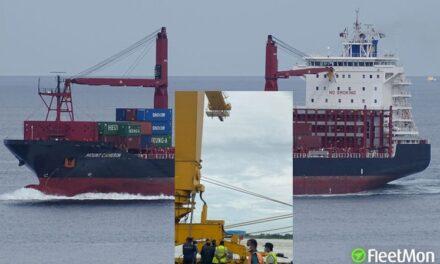 La grúa pórtico contactada por el buque portacontenedores se derrumbó