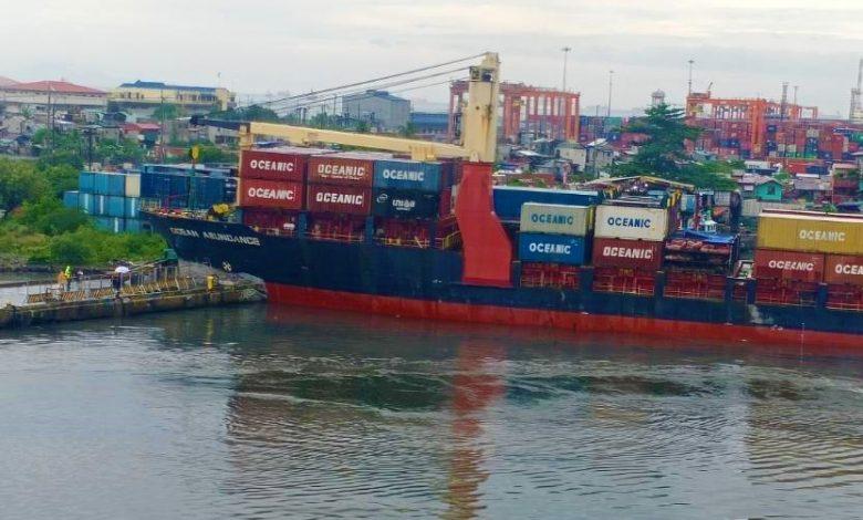 Un buque de carga se estrella contra el muelle del puerto de Manila