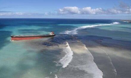 Un buque granelero ubicado en un arrecife frente a las costas de Mauricio comenzó a derramar combustible