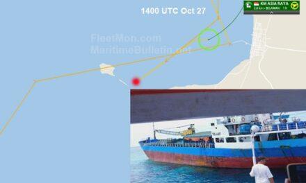 Buque de carga encallado, tripulación y pasajeros evacuados, mar de Flores, Indonesia