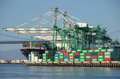 Los barcos esperan para descargar en el puerto de Los Ángeles mientras las importaciones aumentan