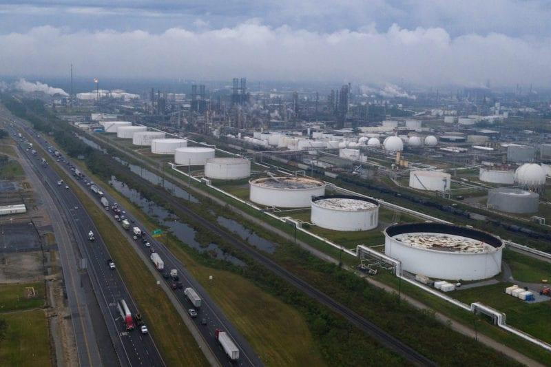 Los vientos del huracán Delta interrumpen las refinerías de petróleo de EE.UU.