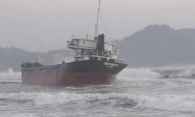 Un buque de carga golpea los arrecifes intencionalmente en Vietnam