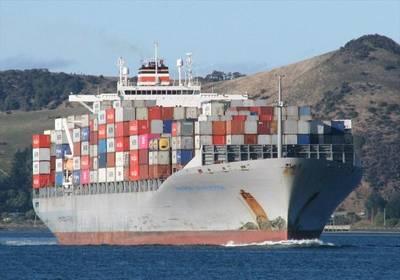 Un buque de la marina griega y un contenedor colisionan frente al puerto de Pireo