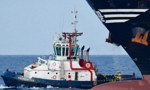 Un remolcador de Boluda auxilia a un petrolero en apuros