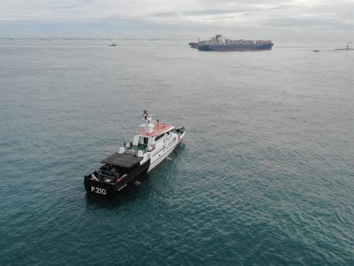 Un buque encalla tras abordar con otro buque varado frente a las costas de Indonesia.