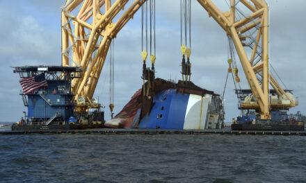 Fotos: Corte de la sección uno del naufragio «Golden Ray»  y su elevación a la barcaza