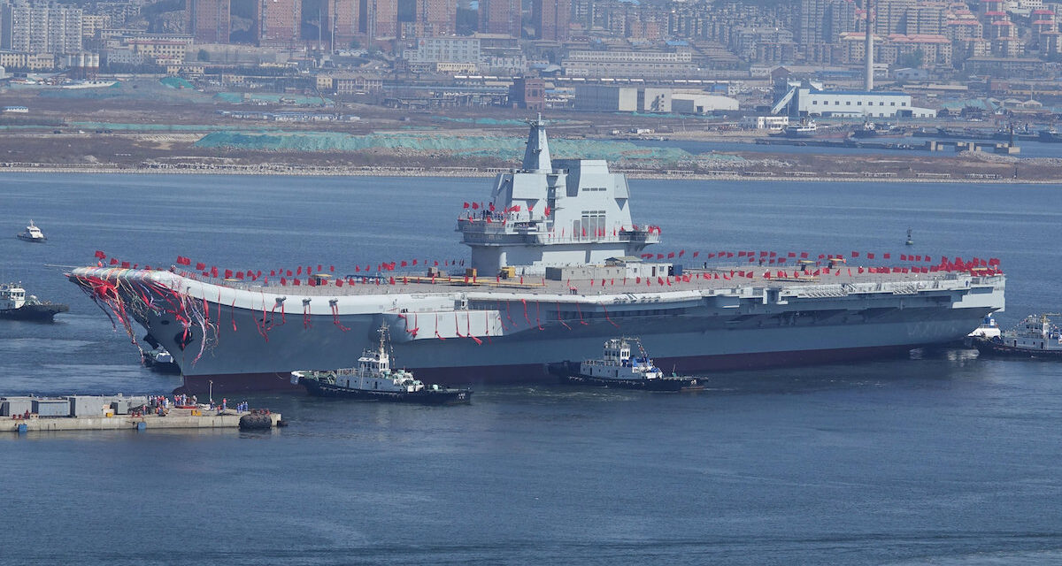 La escuadra del portaaviones chinos navega por el estrecho de Taiwán