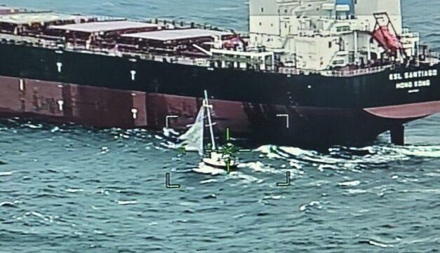Granelero rescata a dos tripulantes de un velero bajo condiciones meteorológicas adversas