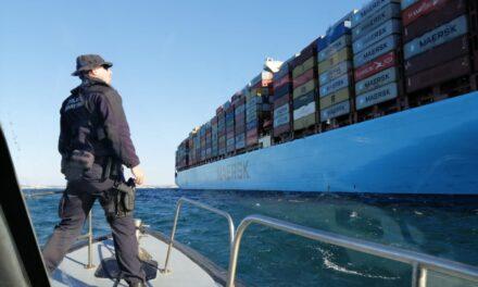 Maersk Elba bajo remolque a Algeciras tras el incendio de la sala de máquinas