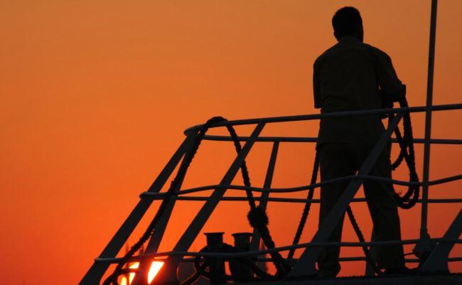 Un miembro de la tripulación de un barco fue arrestado en Australia por nadar hasta el puerto y violar las reglas de COVID
