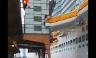 El Costa Smeralda pierde  bote salvavidas en un percance de atraque – VÍDEO