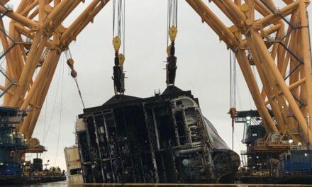 Se reanuda el corte tras el fallo de la cadena en la retirada de los restos del Golden Ray