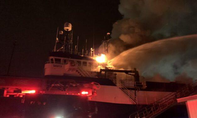 Washington: Un buque de pesca comercial arde en el muelle de Tacoma