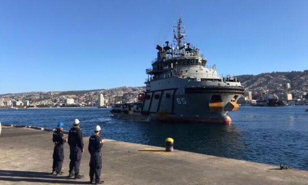 El buque de la Armada chilena construido por la empresa india L&T navega en el puerto de Valparaíso